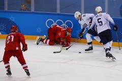 Team United States nell'azione contro Team Olympic Athlete dal gioco rotondo preliminare del hockey su ghiaccio del ` s degli uom Fotografia Stock