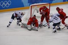 Team United States nell'azione contro Team Olympic Athlete dal gioco rotondo preliminare del hockey su ghiaccio del ` s degli uom Fotografia Stock Libera da Diritti