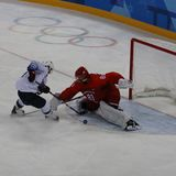 Team United States nell'azione contro Team Olympic Athlete dal gioco rotondo preliminare del hockey su ghiaccio del ` s degli uom Immagine Stock Libera da Diritti