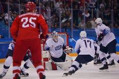 Team United States no branco na ação contra Team Olympic Athlete do jogo redondo preliminar do hóquei em gelo do ` s dos homens d Foto de Stock Royalty Free