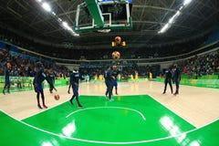 Team United States värmer upp för basketmatch för grupp A mellan laget USA och Australien av Rio de Janeiro 2016 OS Arkivbilder