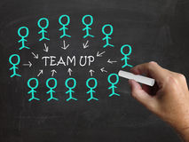 Team Up On Blackboard Shows, der jedem hilft Lizenzfreie Stockbilder