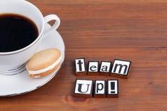 Team Up ! Sur la tasse de café en bois de table, biscuit images libres de droits