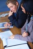 Team van 2 bedrijfsmensen die aan documenten werken Stock Foto