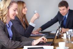 Team van 3 bedrijfsmensen tijdens vergadering Royalty-vrije Stock Fotografie