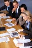 Team van 5 bedrijfsmensen die aan berekeningen werken Stock Afbeelding