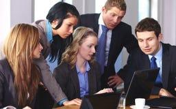 Team van 5 bedrijfsmensen die aan laptop werken Stock Foto