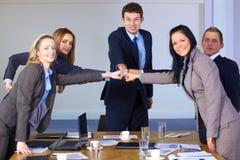 Team van 5 bedrijfsmensen, groepswerkconcept Stock Foto's