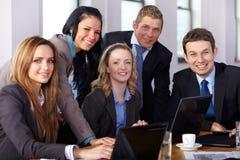 Team van 5 bedrijfsmensen tijdens vergadering Royalty-vrije Stock Foto's