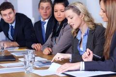 Team van 5 het bedrijfsmensenwerk aangaande berekeningen Stock Fotografie