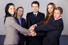 Team van 5 jonge en gelukkige bedrijfsmensen Royalty-vrije Stock Afbeeldingen