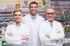 Team van apothekers die bij camera glimlachen Stock Afbeelding
