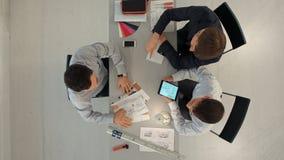 Team van architecten die aan bouwplannen werken stock footage