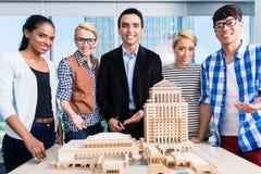 Team van architecten die modelbouw voorstellen stock afbeelding