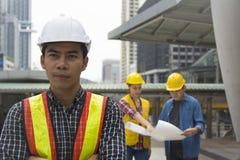 Team van architectuur die zich bij bouwwerf bevinden die p bekijken stock foto's