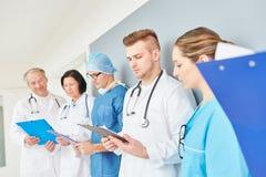 Team van artsen in leertijd royalty-vrije stock afbeelding