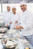 Team van bakkers die bij teller werken stock foto