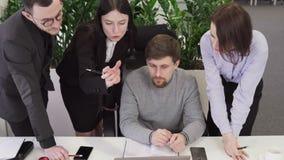 Team van bedrijfsmensen die samen een creatief idee bespreken stock videobeelden