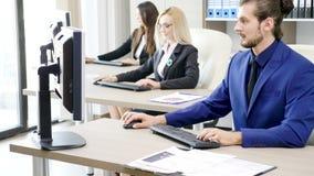Team van bedrijfspersonen die in het bureau werken stock videobeelden