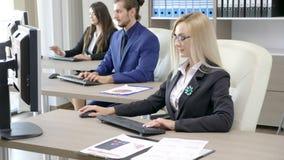 Team van bedrijfspersonen die in het bureau werken stock video