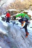 Team van bergbeklimmers die aan de top leiden Stock Afbeeldingen