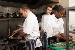 Team van Chef-koks die Voedsel voorbereiden royalty-vrije stock foto