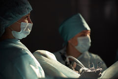 Team van chirurgen die handeling uitvoeren Stock Foto's