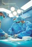Team van chirurgen die handeling in verrichtingstheater uitvoeren royalty-vrije stock afbeelding