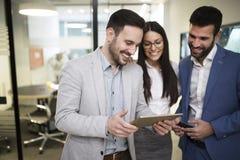 Team van collega's die aan tablet samenwerken royalty-vrije stock afbeelding