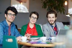 Team van Creatieve Bedrijfsmensen die in Koffie samenkomen stock foto