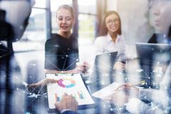 Team van de bedrijfspersoonswerken samen aangaande bedrijfstatistieken Concept groepswerk Dubbele blootstelling royalty-vrije stock foto