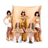 De dansers kleedden zich in het Egyptische kostuums stellen Royalty-vrije Stock Foto's