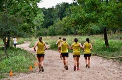 Team van de deelnemers van het modderras op de cursus Stock Foto