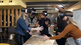 Team van de jonge bedrijfsmens en vrouw die commerciële vergadering hebben die vr virtuele werkelijkheidsglazen in het moderne bu stock video