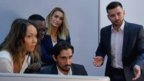 Team van gelukkige bedrijfsmensen die voor fotograaf rond het bureau stellen stock afbeelding