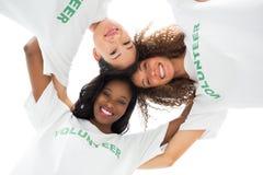 Team van gelukkige vrijwilligers die en neer camera omhelzen bekijken royalty-vrije stock afbeelding