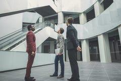 Team van het architectenwerk Brede die hoek van makelaar in onroerend goed met potentiële cliënten binnen een lege bureauruimte w Royalty-vrije Stock Afbeeldingen