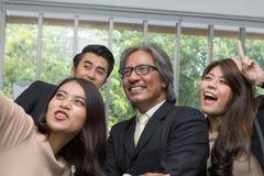 Team van het Aziatische bedrijfs stellen in vergaderzaal E royalty-vrije stock afbeelding