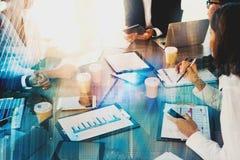 Team van het zakenliedenwerk samen in bureau met modern effect Concept groepswerk en vennootschap royalty-vrije stock foto's