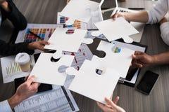 Team van het zakenliedenwerk samen voor één doel Concept eenheid en vennootschap stock afbeeldingen