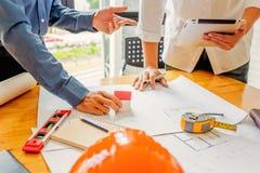 Team van ingenieurs die in een architectenbureau werken Stock Foto's
