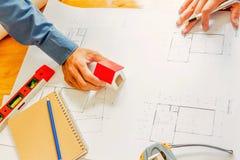 Team van ingenieurs die in een architectenbureau werken Stock Foto