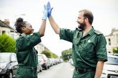 Team van paramedici die een hoogte vijf doen royalty-vrije stock fotografie