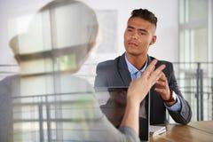 Team van succesvolle bedrijfsmensen die een vergadering in uitvoerend zonovergoten bureau hebben Stock Foto's