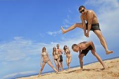 Team van vrienden bij het strand Stock Afbeeldingen