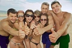 Team van vrienden die pret hebben bij het strand Stock Foto's