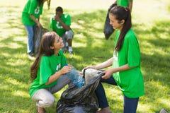 Team van vrijwilligers die draagstoel in park opnemen royalty-vrije stock afbeeldingen