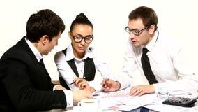 Team van zakenlieden die het idee bespreken stock videobeelden