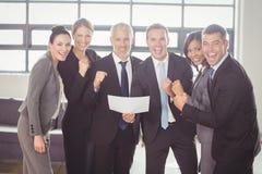 Team van zakenlui met certificaat stock afbeelding