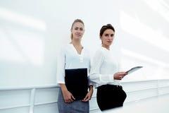 Team van zekere vrouwen met draagbare aanrakingsstootkussen en documenten Royalty-vrije Stock Foto